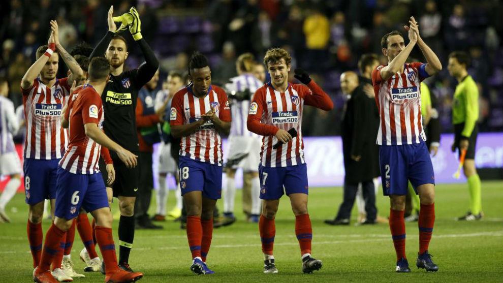 Los jugadores del Atlético aplauden a su afición desplazada en Zorrilla.