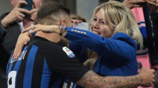 Icardi y Wanda Nara durante un partido de fútbol.