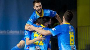 Hugo celebra junto a sus compañeros un gol del Peñíscola...
