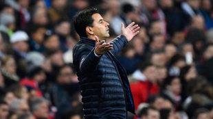 Míchel se queja en el Bernabéu.