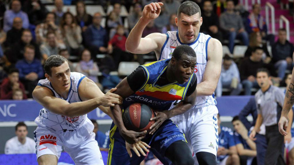 Moussa Diagne controla la pelota ante la presión de Garret Nevels y Beqa Burjanadze.