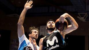 Nikola Jankovic captura un rebote delante de Nacho Llovet.