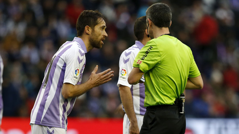 Míchel habla  con Undiano Mallenco durante el partido.