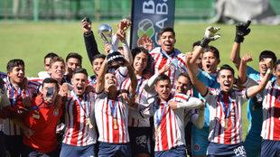 Los juveniles levantaron el trofeo.
