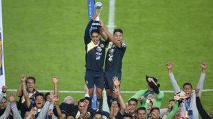 El América juvenil levanta el trofeo en el Vocán.