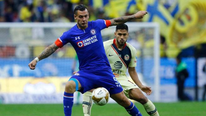 Milton Caraglio y Bruno Valdez en la disputa del esférico.