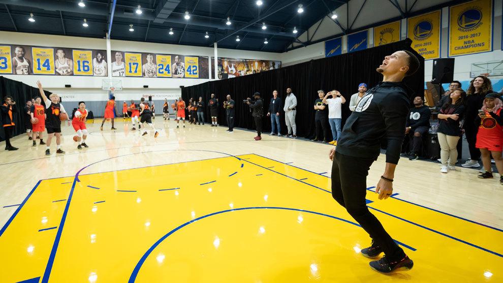 Curry celebra una canasta durante la presentación de las Curry 6
