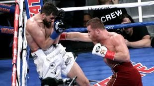 Fielding could not handle the powerful punches of Canelo.