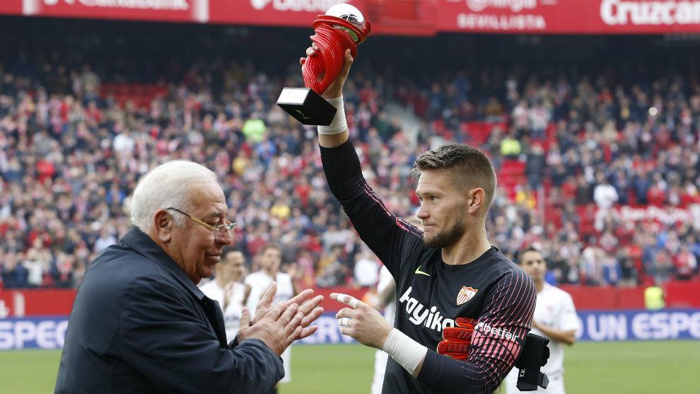 Súper Paco aplaude a Vaclik (29) tras entregarle el MVP del mes de...
