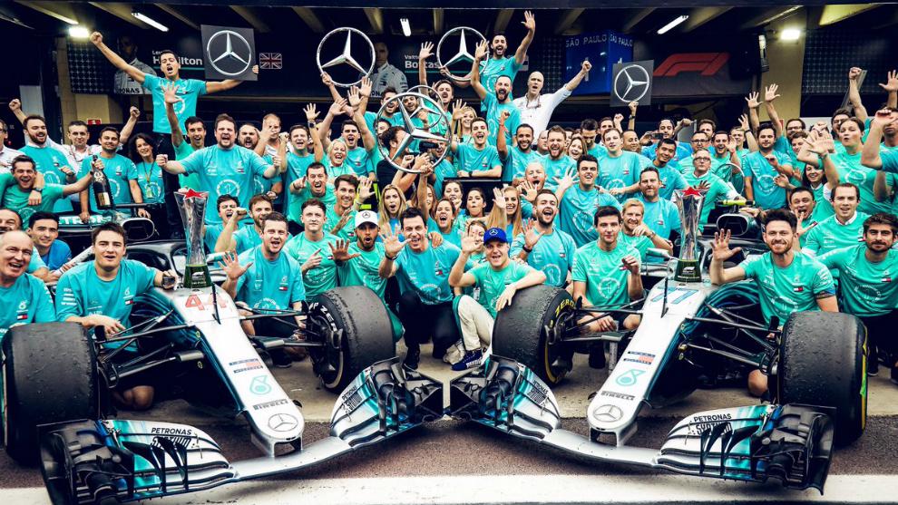 Equipo Mercedes celebrando los títulos de piloto y constructores