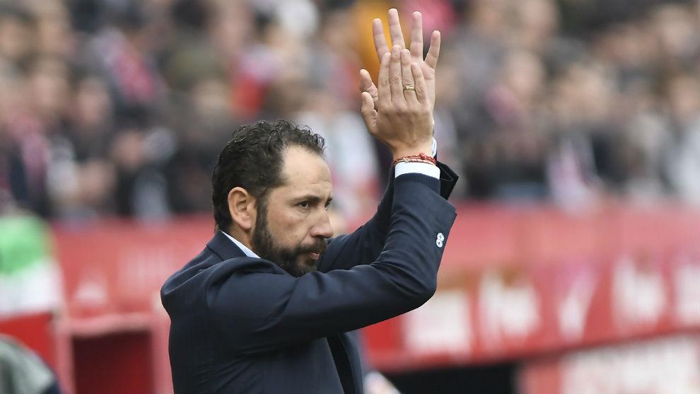 Pablo Machín (43) aplaude una acción de sus jugadores ante el...