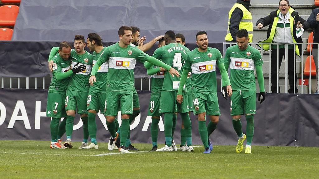 Los jugadores del Elche celebran uno de los goles marcados en el Cerro...