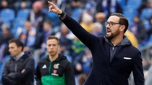 José Bordalás da instrucciones a sus jugadores durante el Getafe -...
