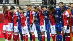 Los jugadores de Estrasburgo y Reims durante el minuto de silencio.