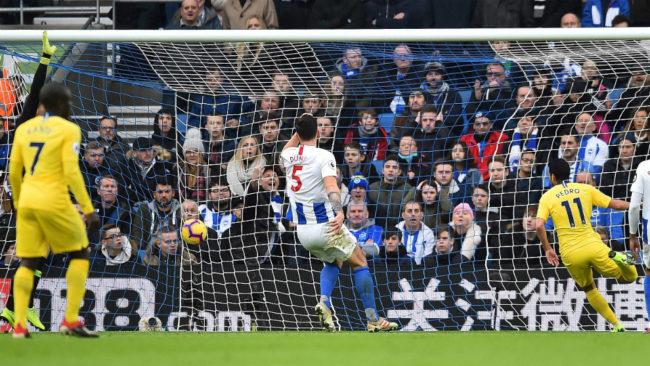 Pedro marca el gol que abrió el marcador contra el Brighton.