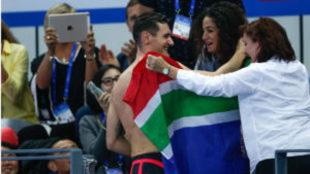 Cameron van der Burgh es felicitado por su mujer (en el centro) tras...