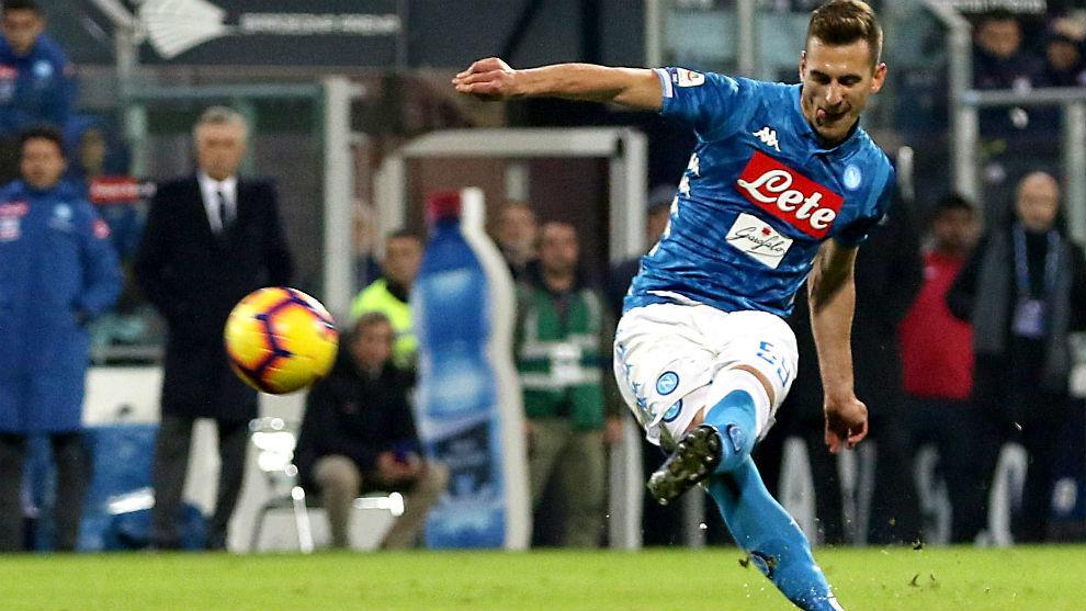 Milik golpe el balón en la falta que dio el triunfo final al Nápoles