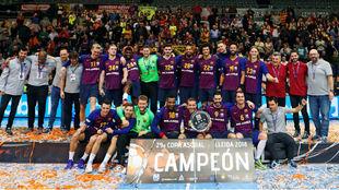 La plantilla del FC Barcelona con el trofeo de campeones de la XXIX...