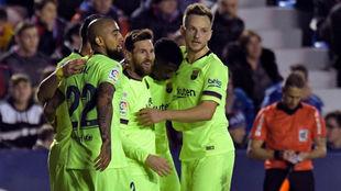 Messi es felicitado por sus compañeros por su gol al Levante