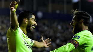 Luis Suárez y Messi celebran uno de los goles del Barcelona