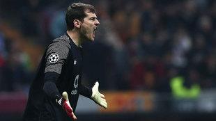 Iker Casillas durante un partido con el Oporto.