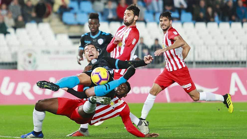 Owona comete el claro penalti sobre Josete que le sirvió al Lugo para...