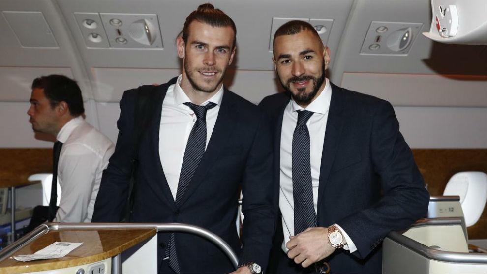 Bale y Benzema, en el avión que les llevó rumbo a Abu Dabi.