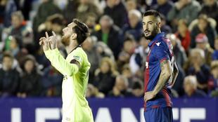 Messi celebra un gol ante la mirada de Cabaco.