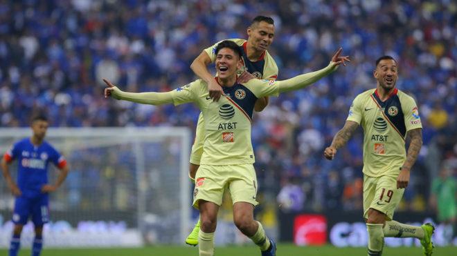 Edson Álvarez celebra el primer tanto de la gran final.