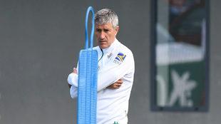 Quique Setién, en un entrenamiento del Betis.