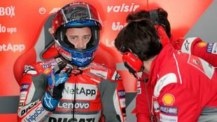 Andrea Dovizioso junto a su equipo
