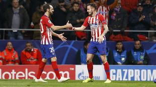 Juanfran y Saúl saludándose durante un encuentro del Atlético.