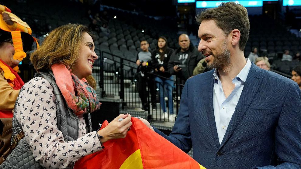 Pau saluda a una aficionada española antes de un partido reciente de...