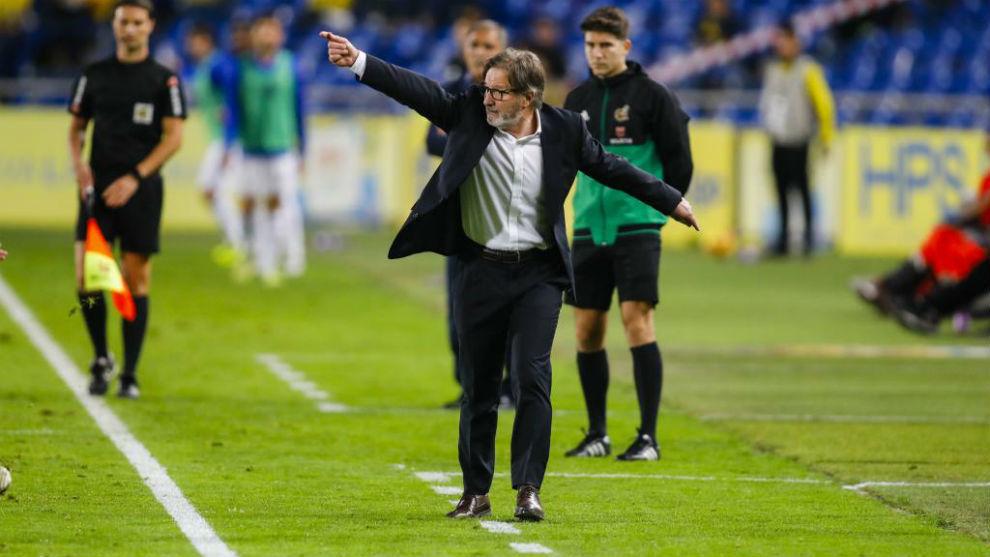 Juan Antonio Anquela gesticula dando órdenes a sus jugadores desde la...