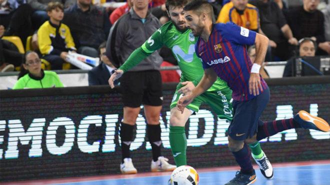 Adolfo y Gadeia disputan un balón durante el partido del pasado...