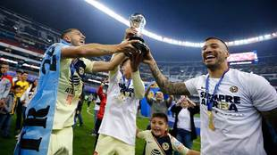 Jugadores del América festejan el título del Apertura 2018.