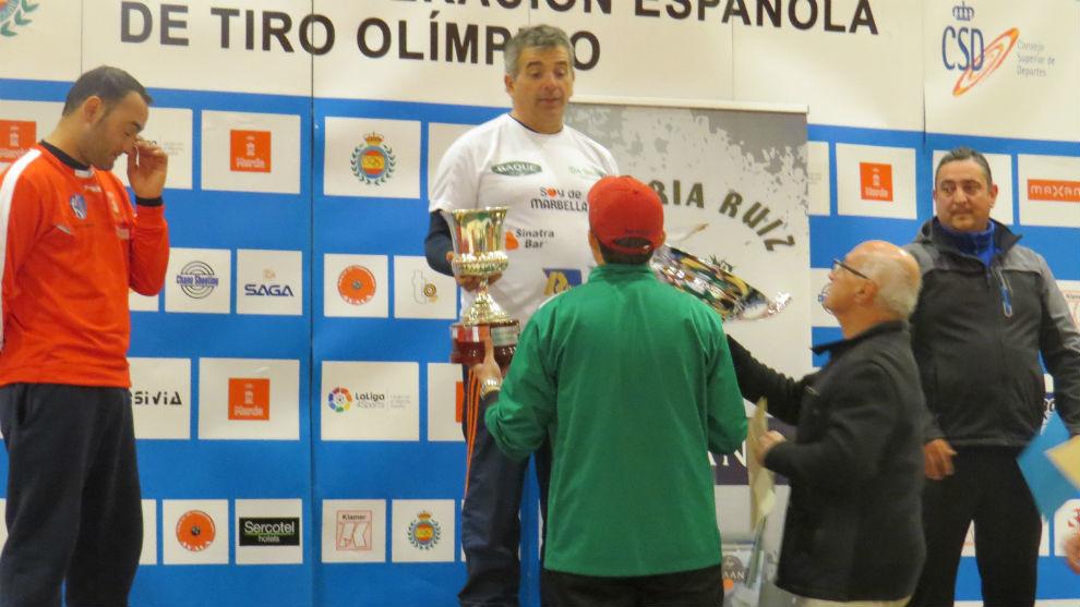 José Suárez Álvarez, con gafas, entrega los premios tras una tirada...