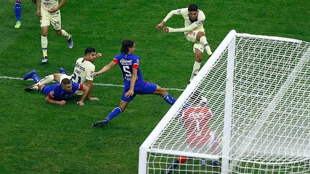 Edson Álvarez dispara ante Cruz Azul en la final de vuelta.