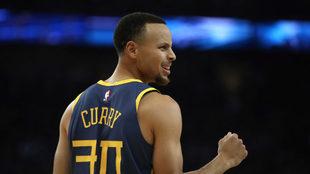 Curry sonríe después de un triple.