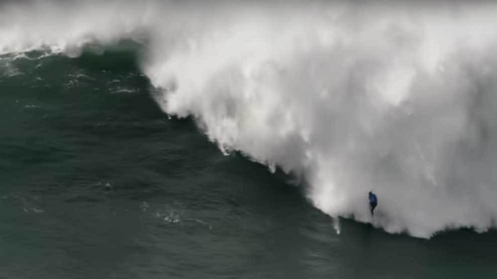 Thiago Jacaré sufriendo un tremendo wipeout en la ola gigante de...