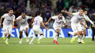 Los futbolistas del Al-Ain celebran el pase a la final del Mundial de...
