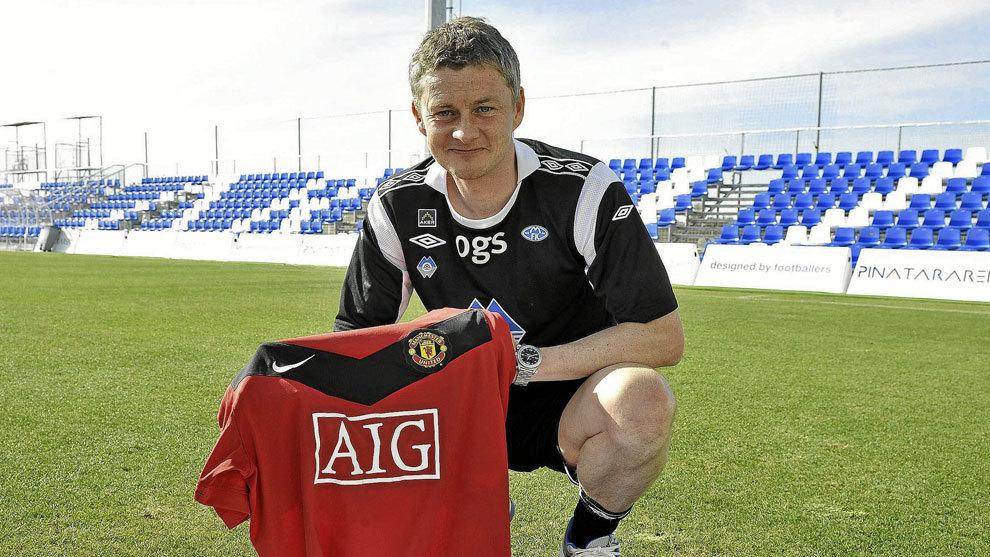 Solskjaer posa con la camiseta del Manchester United.