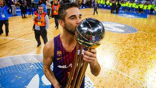 Navarro besa el trofeo de la última Copa del Rey conquistada por el...