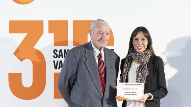 La atleta Azucena Díaz recoge el galardón de manos de Antonio...