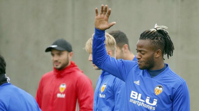 Michy Batshuayi, durante un ejercicio en una sesión con el Valencia.