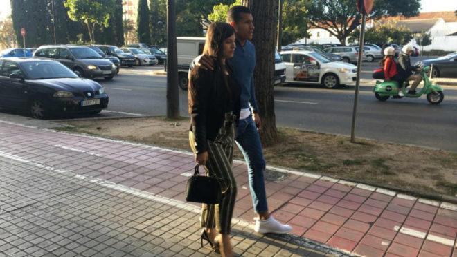 Murillo, junto a su esposa, ayer por Valencia.
