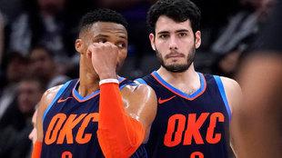 Abrines y Westbrook dialogan durante el choque