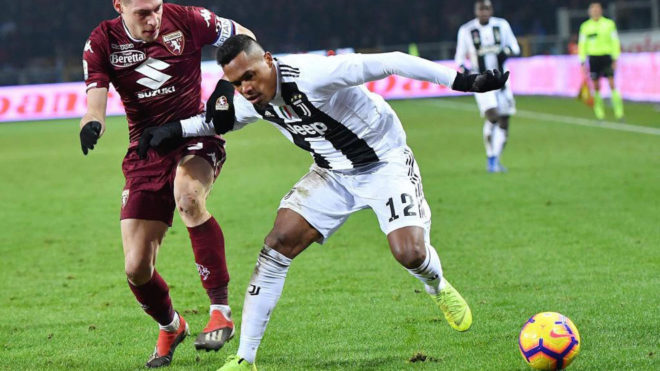 Alex Sandro protege el balón ante Belotti en el último...