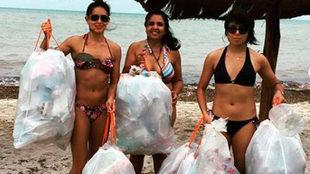 Elsa García tras limpiar una playa en Yucatan
