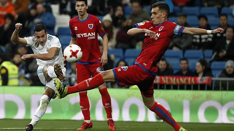 Dani Calvo intenta taponar a Lucas Vázquez en el partido de Copa de...